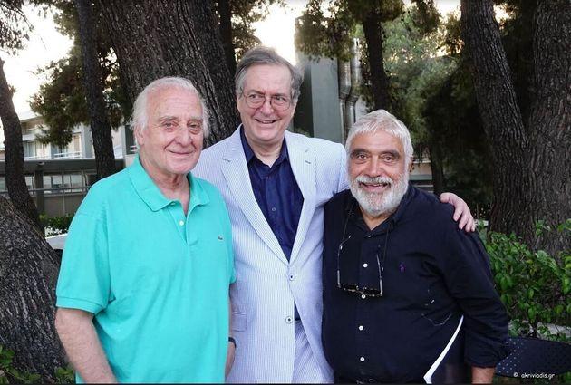 Ο συνθέτης Γιώργος Χατζηνάσιος με τον συγγραφέα Ευγένιο Τριβιζά και τον ηθοποιό Δημήτρη Πιατά στις πρόβες της παράστασης.