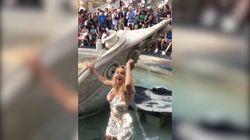 Valeria Marini fa il bagno nella fontana di piazza di Spagna: multa e