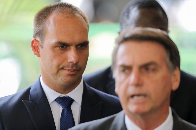 Jair Bolsonaro y su hijo Eduardo Bolsonaro, el pasado noviembre, en una reunión en