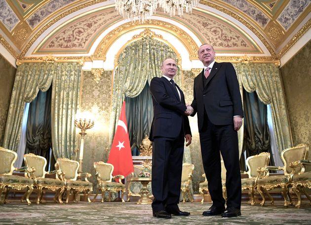 미국 트럼프 정부와 갈등을 빚어온 터키는 러시아와의 협력을 부쩍 강화하고 있다. 사진은 블라디미르 푸틴 러시아 대통령과 레제프 타이이프 에르도안 터키 대통령이 러시아 대통령궁에서 열린...
