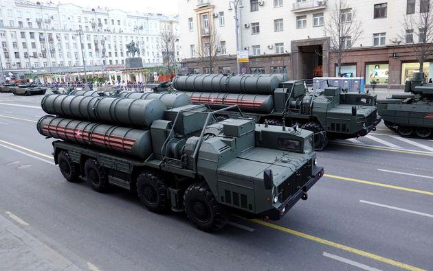 사진은 러시아 승전 기념일 퍼레이드 리허설에 등장한 지대공 미사일 방어 시스템 S-400의 모습. 모스크바, 러시아. 2019년