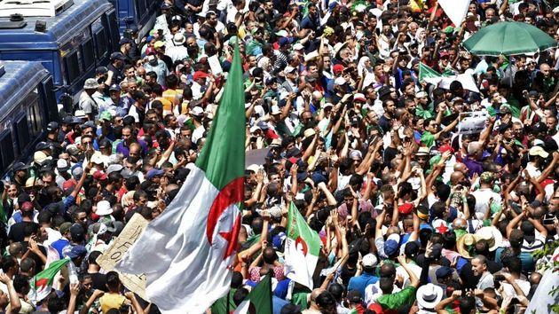 21e vendredi à Alger: les manifestants tiennent à une