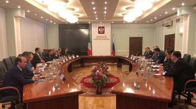 Savoini all'estremità del tavolo durante l'incontro al Ministero dell'Interno della Federazione