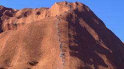 En Australie, les touristes se ruent sur le célèbre rocher Uluru avant sa