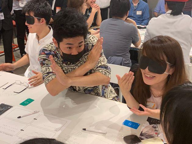 しずるの池田一真さんは、マスクを身につけ「話せない」状況に。身振り手振りを使って相手にメッセージを伝えようとする