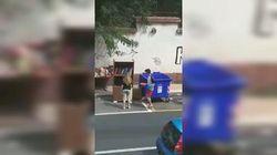 Salvano libri abbandonati tra i rifiuti. Due fratelli improvvisano biblioteca di strada a