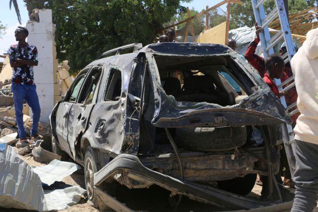 Vue d'une voiture détruite lors d'une attaque à Kismayo, en Somalie, samedi 13 juillet...