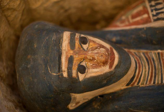 Détail d'un sarcophage récemment découvert à la nécropole de Memphis,...