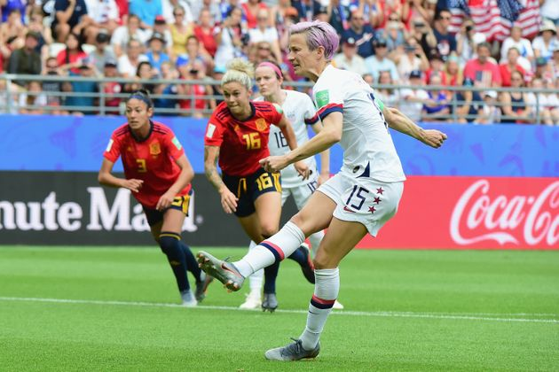 Megan Rapinoe, en primer plano, en el encuentro entre las selecciones femeninas de España y EE