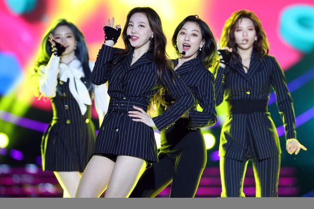 트와이스 멤버들이 싱가포르 공연 도중 미나를 생각하며 눈물을