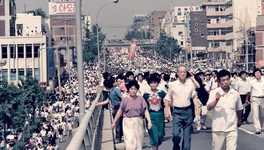 대만 기자가 찍은 이한열 장례식 사진들이 첫