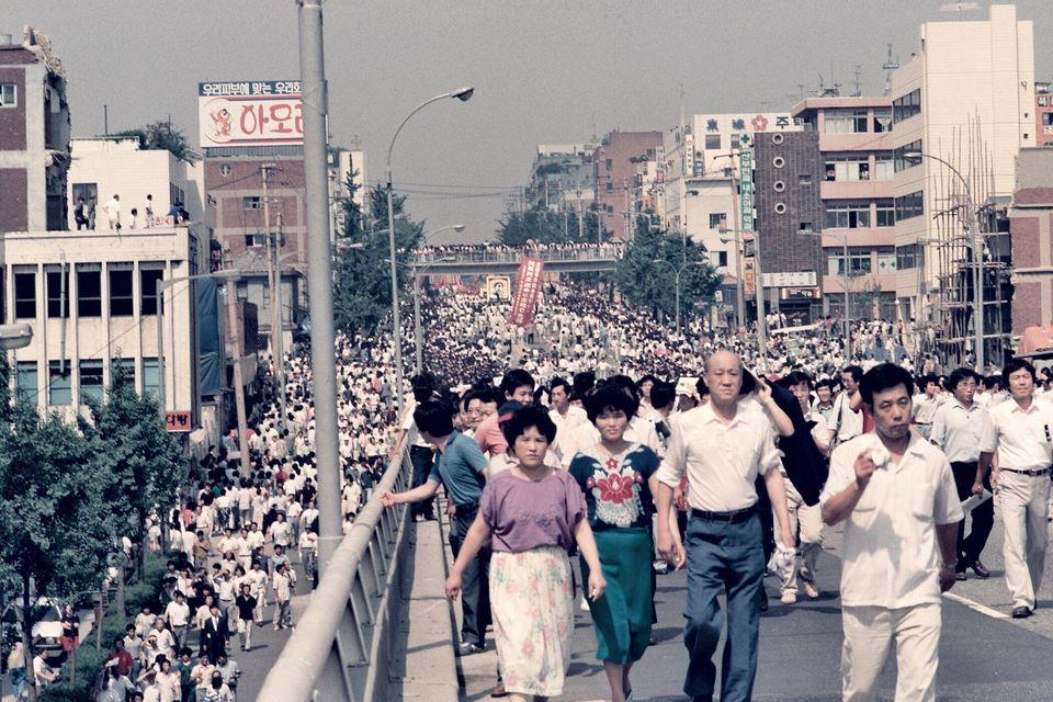 1987년 5월9일 이한열 열사 장례식 당시 운구 차량 이동을 지켜보려는 인파가 거리로 나왔다. 멀리로 아현고가 밑을 지나는 운구차량이