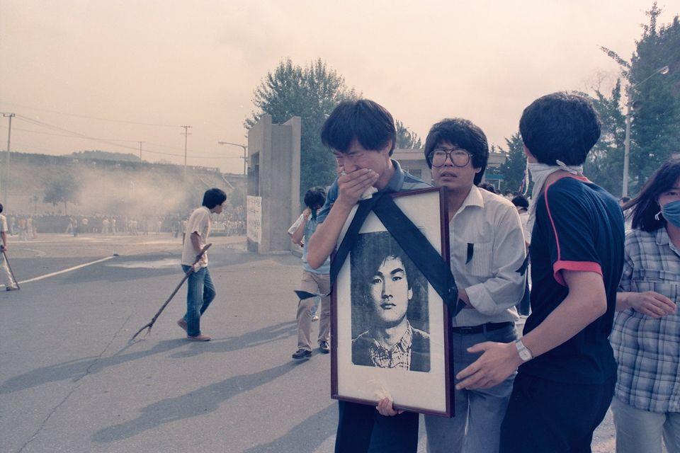 1987년 7월9일 이한열 열사의 장례식 당시 이 열사의 영정 사진을 들고 울고 있는 우상호 당시 연세대학교