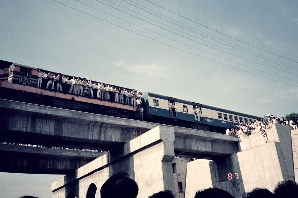 1987년 7월9일 이한열 열사의 장례식이 진행될 당시 운구차량을 지켜보기 위해 기차 밖으로 몸을 내밀고 있는