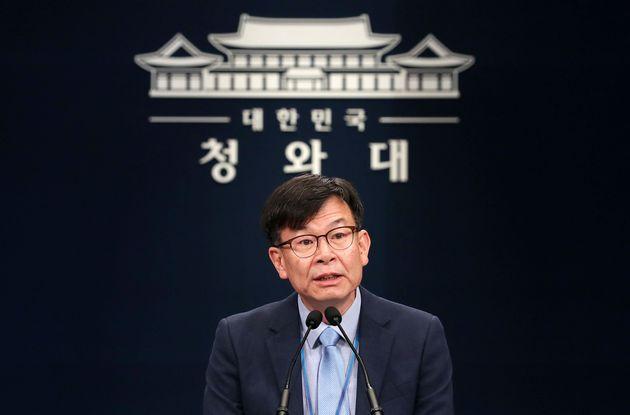 김상조 청와대 정책실장이 14일 오후 서울 종로구 청와대 춘추관에서 최저임금 관련 브리핑을 갖고 모두발언을 하고