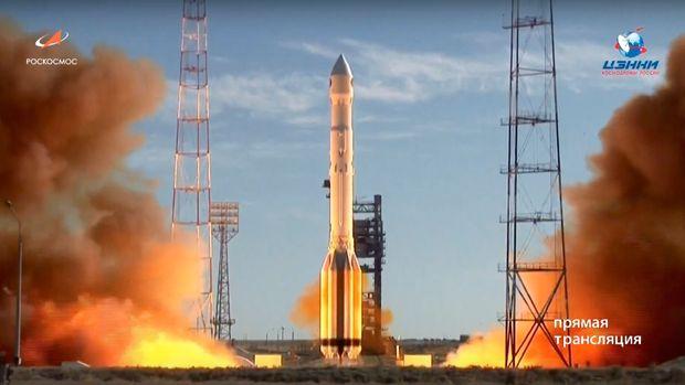 Un cohete ruso Proton-M despega de la plataforma de Baikonur, en Kazajistán, para colocar en órbita el observatorio espacial ruso-alemán Spektr-RG, el sábado 13 de julio de 2019, de acuerdo con esta imagen tomada de un video distribuido por el Servicio de Prensa de la Agencia Espacial Roscosmos. (Servicio de Prensa de la Agencia Espacial Roscosmos vía AP)