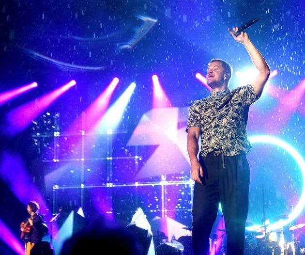 Dan Reynolds, du groupe Imagine Dragons, donne sa prestation sous la pluie au Festival d'été...