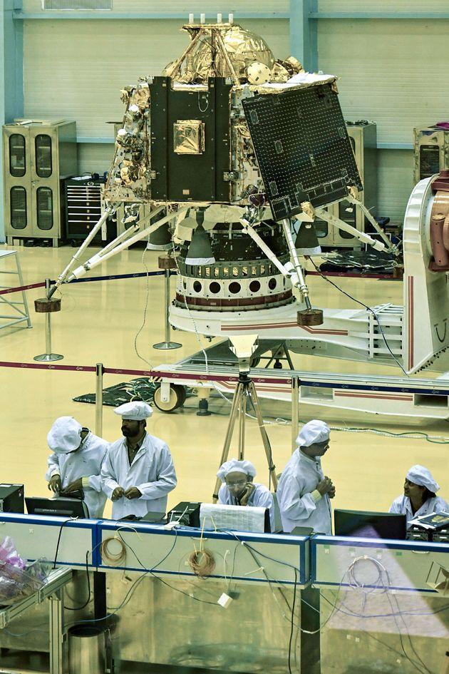 Des scientifiques de l'Indian Space Research Organisation (ISRO) travaillent sur le «Chandrayaan-2»,à