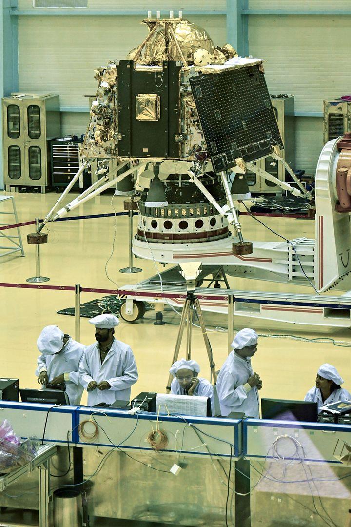 Des scientifiques de l'Indian Space Research Organisation (ISRO) travaillent sur le «Chandrayaan-2», à Bangalore.