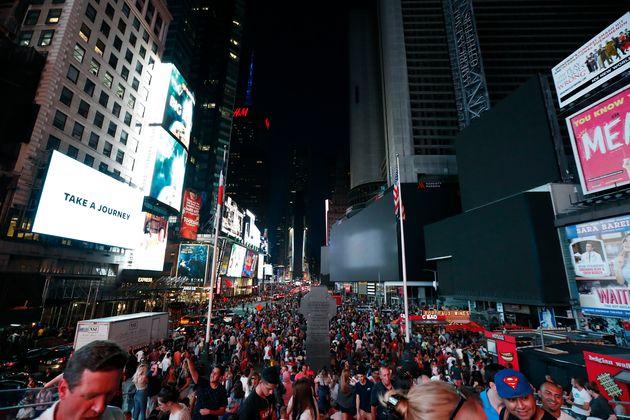 대정전으로 암흑이 된 뉴욕 길거리가 춤과 노래로 가득찼다