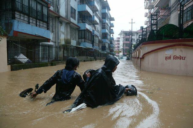 Τουλάχιστον 55 νεκροί από τις πλημμύρες στο