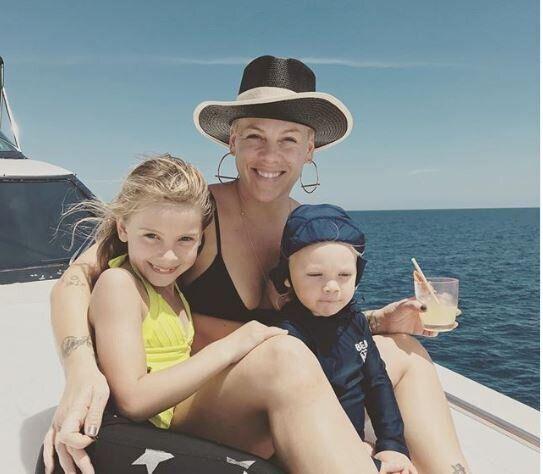 Pink: Απαντά στην σκληρή κριτική που δέχτηκε για την φωτογραφία με τα παιδιά της να τρέχουν στο Μνημείο...