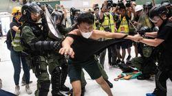 Violenta batalla campal en un centro comercial de Hong