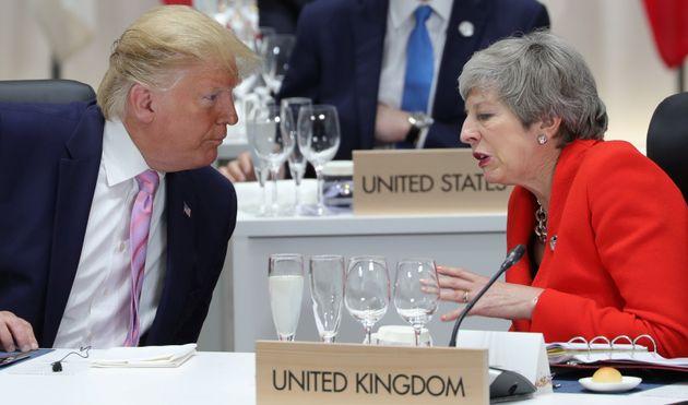 """Theresa May attacca Trump: """"Inaccettabili gli attacchi alle deputate dem"""""""