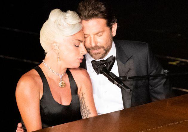 Lady Gaga e Bradley Cooper na famosa apresentação da música Shallow na cerimônia...