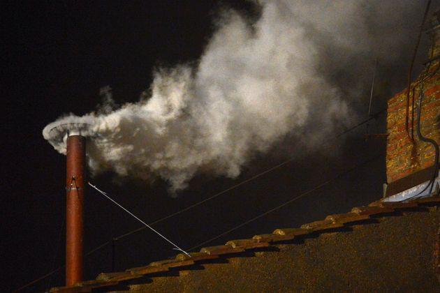 Fumata blanca en el Vaticano tras la elección del papa