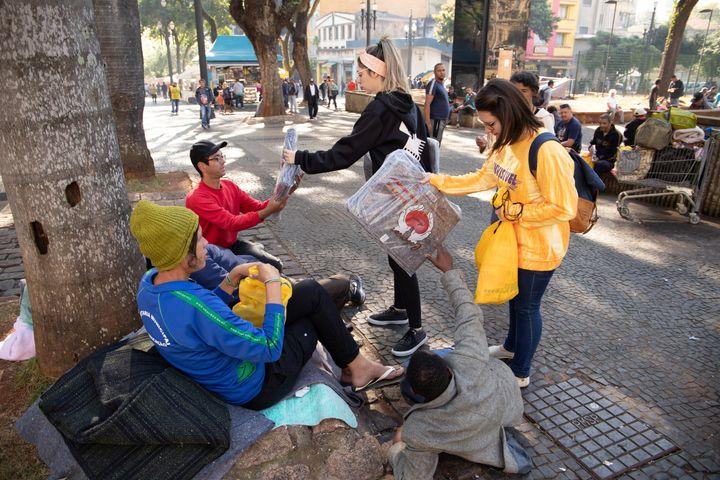 Ação do projeto SP Sem Frio, que entrega kits para moradores de rua na capital.