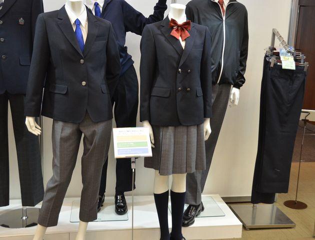 ジェンダーレス制服のコーナーでは、複数の型のスラックスや、ダブルのジャケットが展示されていた。