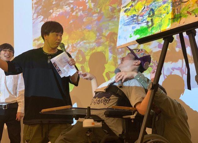 お笑いコンビ・次長課長の河本準一さんと障がいを持つアーティストが同じステージに
