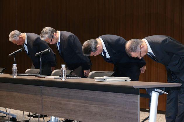 保険の不適切販売を謝罪する、かんぽ生命保険の植平光彦社長(右から2人目)と日本郵便の横山邦男社長(同3人目)ら