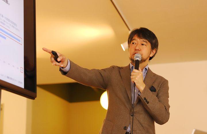資料を示しながら講演する枝川教授。東京大学で薬学の博士号を取得後、早稲田大学でMBAを取得。科学と企業経営の双方にわたる領域を研究テーマにしている。著書に「ぐっすり眠れる睡眠の本 」枝川 義邦 (監修)」など。