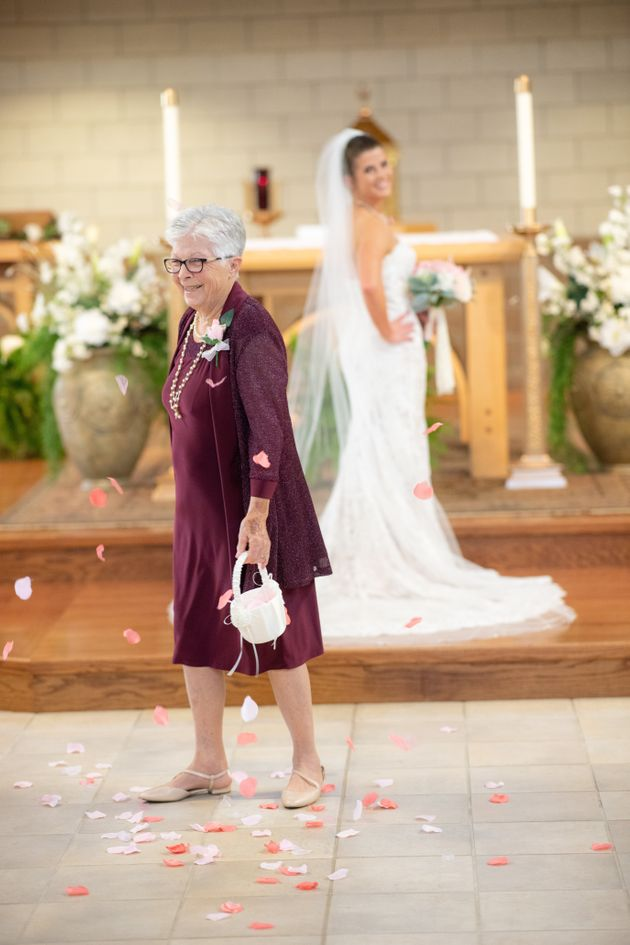 어린 아이 대신 신부의 할머니가 결혼식 화동으로