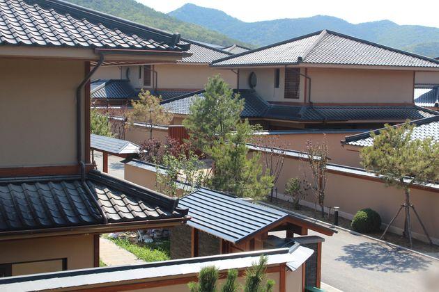 塀の内側は「京都風別荘地」だ