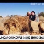 Παγκόσμια οργή για το ζευγάρι που φωτογραφίζεται να φιλιέται μαζί με το λιοντάρι που σκότωσε σε