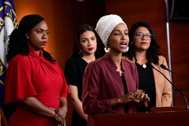 記者会見する4人の女性議員。手前右が、ソマリア出身の民主党議員イルハン・オマル氏(7月15日撮影)