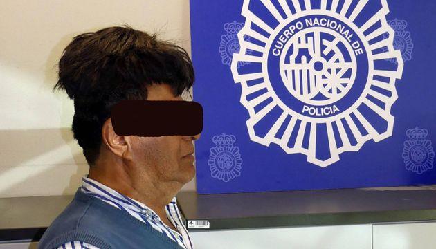 Uomo nasconde mezzo chilo di cocaina nel parrucchino, ma viene arrestato dalla polizia