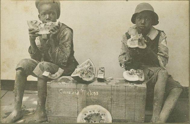 Imagem de 1895 mostra duas crianças negras comendo