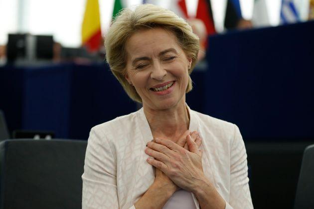 Ursulavon der Leyen, recibiendo el aplauso del Europarlamento y agradeciendo los apoyos recibidos,...