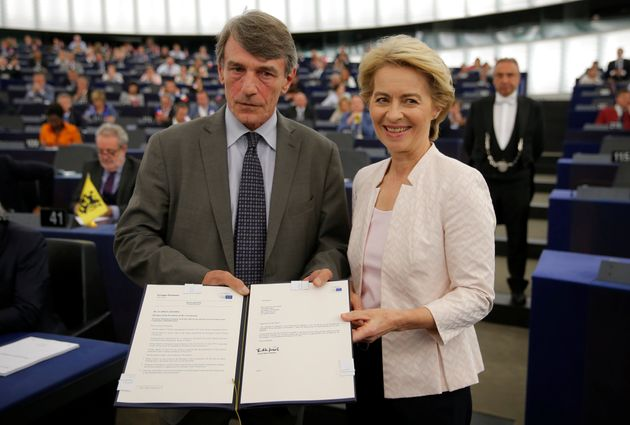 Ursula von der Leyen recibe de manos del presidente del Europarlamento, David-Maria Sassoli, el acta...