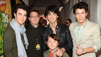 LOS ANGELES, CA - MARCH 28:  Musicians Kevin Jonas, Joe Jonas and Nick Jonas of Jonas Brothers pose with father Kevin Jonas Sr. and brother Frankie Jonas as they arrive at Nickelodeon's 2009 Kids' Choice Awards at UCLA's Pauley Pavilion on March 28, 2009 in Westwood, California.  (Photo by Kevin Mazur/WireImage)