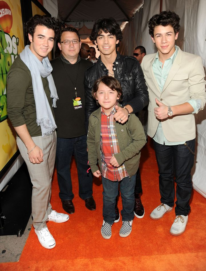 Kevin Jonas Sr. (second from left) poses with the Jonas Brothers and their younger sibling Frankie Jonas at the Nickelodeon's