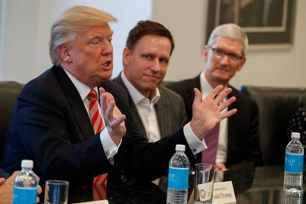 지난 2016년 애플의 팀 쿡(오른쪽), 피터 틸(가운데)와 함께 테크 산업에 대해 대화 중인 도널드 트럼프