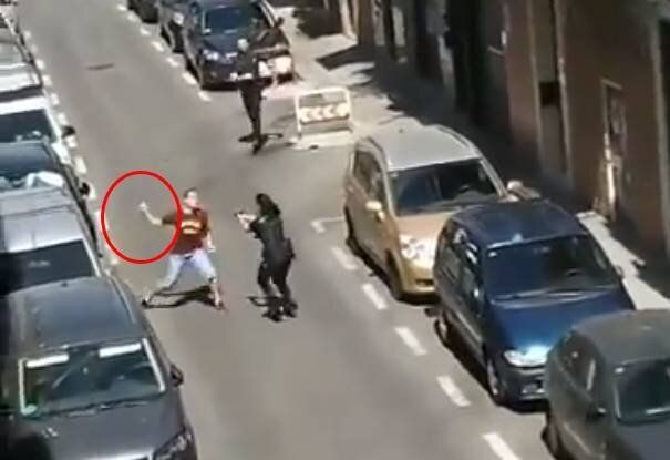 La increíble reacción de una policía en prácticas cuando un hombre intenta apuñalarla en Carabanchel