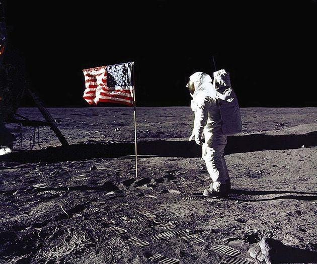 米宇宙船アポロ11号で月に降り立ち、月面に米国旗を立てるオルドリン飛行士。(撮影日は1969年07月20日)