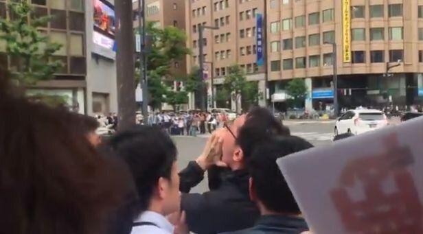"""일본 자민당 가두연설 중 """"물러가라""""고 외친 시민이 경찰에"""