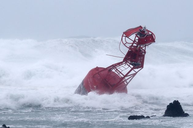 2018년 8월 23일 제19호 태풍 솔릭이 북상중인 제주 서귀포시 남원읍 해안에 등부표가 강한 파도를 이기지 못하고 파손된 채 떠밀려와